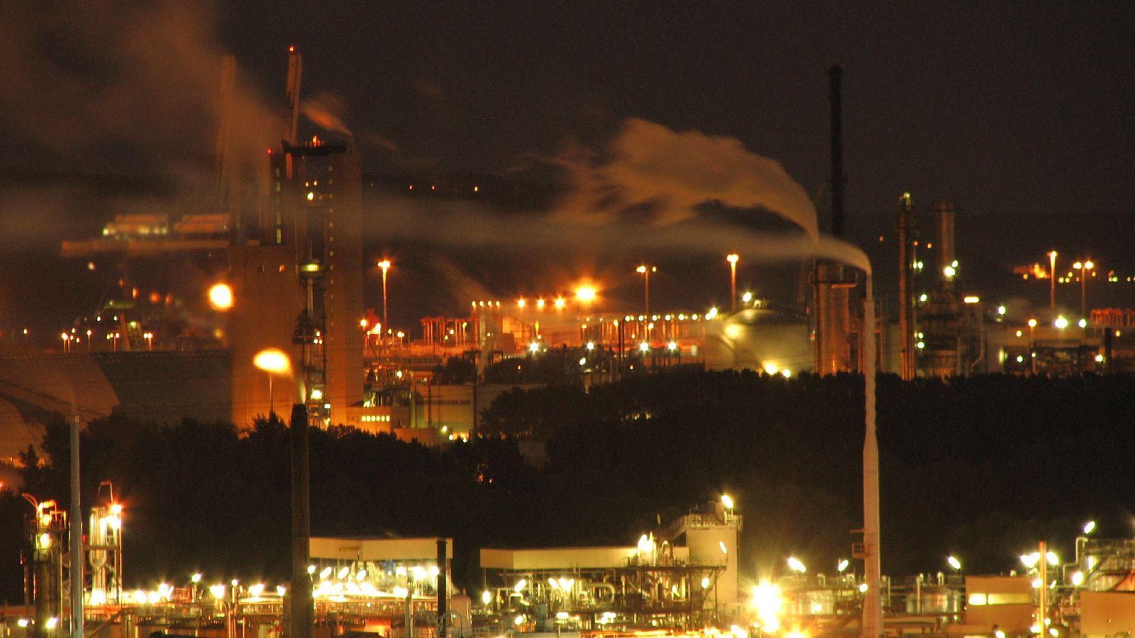 Arbeiter*innen streiken gegen die Schließung einer Erdölraffinerie
