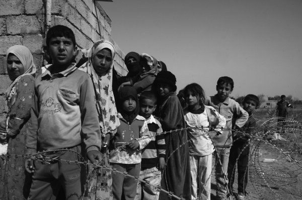 Flüchtlinge hinter Stacheldraht